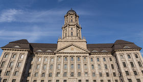 Gammal stadthausbyggnad i berlin Tyskland fotografering för bildbyråer
