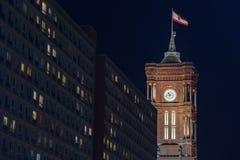 Gammal stadthausbyggnad i berlin Tyskland på natten royaltyfria foton