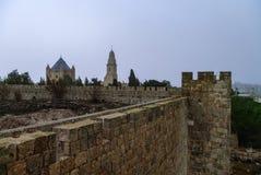 Gammal stadvägg och Franciscan kloster av dormitionen på Mount Zion i Jerusalem royaltyfri bild