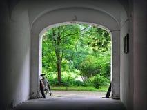 Gammal stadvalvgång med cykeln Arkivbild