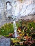 Gammal standpipe med en vattenstråle fotografering för bildbyråer