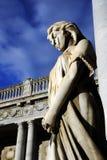 Gammal staty av en kvinna som ber inom den monumentala kyrkogården av Certosaen di Bologna Royaltyfri Fotografi