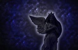 Gammal staty för foto av en ängel på natten Arkivbild