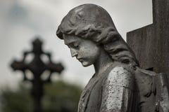 gammal staty i kyrkog?rd arkivfoton