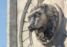 Gammal staty och en springbrunn av ett lejon royaltyfria bilder