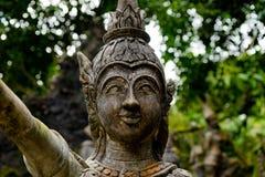 Gammal staty på den Samui magiträdgården arkivfoton