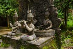Gammal staty på den Samui magiträdgården royaltyfri fotografi