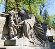 Gammal staty på grav royaltyfri bild