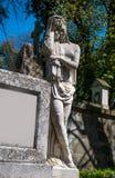 Gammal staty på grav arkivbilder