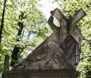 Gammal staty på grav royaltyfri foto