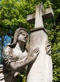 Gammal staty på grav arkivfoton