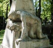Gammal staty på grav fotografering för bildbyråer