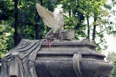 Gammal staty på grav i den Lychakivskyj kyrkogården av Lviv, Ukrain royaltyfria bilder