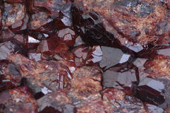 gammal sten för kristalldrusegranatrött Arkivfoto