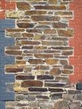 Gammal sten och målad tegelsten dekorerad vägg fotografering för bildbyråer