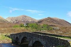 Gammal stenbro, ö av Skye, Skottland Arkivbilder