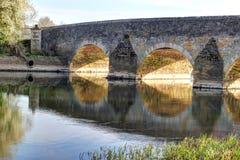 Gammal stenbro över en flod. Royaltyfria Bilder