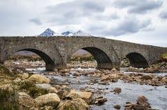 Gammal stenbro i ön av Skye, Skottland Royaltyfria Bilder