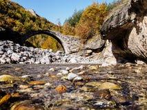 Gammal stenbro i Bulgarien Arkivbilder