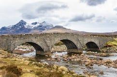 Gammal stenbro i ett berglandskap i Skottland fotografering för bildbyråer