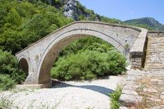 Gammal stenbro i Grekland Royaltyfri Bild