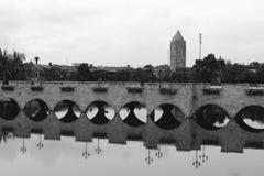 Gammal stenbro i svartvitt Arkivfoto