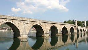 Gammal stenbro på den Drina floden Visegrad stock video