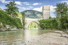 Gammal stenbro på Frasassi Marche Italien Royaltyfri Foto