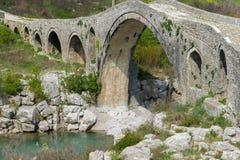 Gammal stenbro ?ver floden Albanien Scutari royaltyfri bild