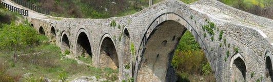 Gammal stenbro ?ver floden Albanien Scutari arkivfoton
