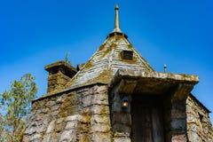 Gammal stenbyggnad, formbyggnad, blå himmel royaltyfri foto