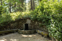 Gammal stenfontain på Pedras naturliga Salgadas parkerar och den traditionella brunnsorten i norden av Portugal Arkivfoton