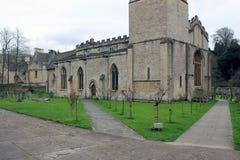 Gammal stenkyrka i engelsk bygd royaltyfria bilder