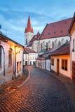 Gammal stenlagd gata i det historiska centret på en vinterafton Stad av Znojmo, Tjeckien Royaltyfri Bild