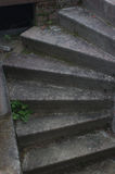 Gammal stenmörkertrappa spiral trappuppgång royaltyfri fotografi
