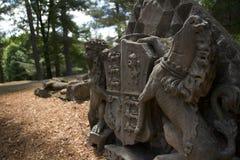 Gammal stenmonument med vapenskölden Arkivbilder