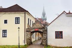 Gammal stenport i den historiska staden Znojmo Tjeckien royaltyfria bilder