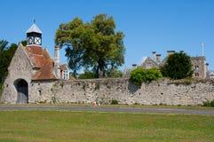 Gammal stenporthus med Tudor Clock Tower på ingången till den Beaulieu abbotskloster i den nya skogen i söderna av England arkivbilder