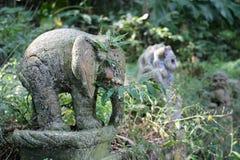 Gammal stenstaty av en elefant i djunglerna Arkivbilder