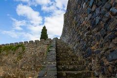 Gammal stentrappa, medeltida vägg, slott, sky Royaltyfri Fotografi