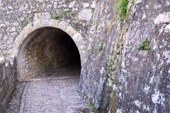 Gammal stentunnel av fästningen från yttersidan Arkivfoton