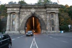 Gammal stentunnel med trafik i Budapest Arkivfoton