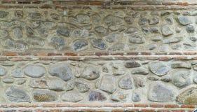 Gammal stenvägg med en modell arkivbild