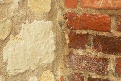 Gammal stenvägg och tegelsten Arkivbild