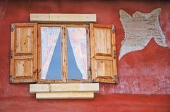 Gammal stil fönsterför träarkitektur Royaltyfri Bild