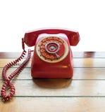 Gammal stil för röd telefontappning på tabellen Royaltyfria Foton