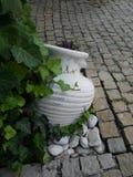 Gammal-stil grekisk amfora som lägger på jord Royaltyfria Foton