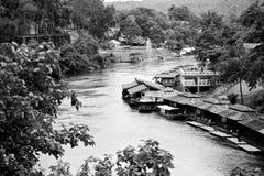 Gammal stil som svävar huset på den Khwae floden, Karnchanaburi Thailand arkivbilder