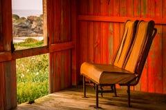 Gammal stol i ett skjul Royaltyfria Foton