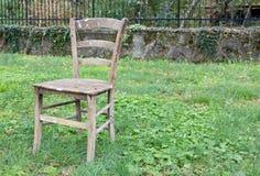 Gammal stol på gräset Royaltyfri Bild